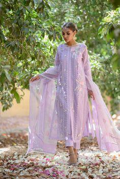 Pakistani Party Wear Dresses, Beautiful Pakistani Dresses, Desi Wedding Dresses, Pakistani Dress Design, Indian Wedding Outfits, Pakistani Outfits, Indian Dresses, Stylish Dresses For Girls, Simple Dresses