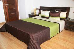Brązowa elegancka narzuta na łóżko z zielonym pasem