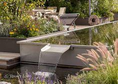 Modernes Wasserbecken mit Überlauf. Pflanzung im Stil des new german garden style mit Gräsern und Stauden, die das ganze Jahr über attraktiv aussehen. Gartenplanung: Renate Waas, Gartenarchitektin München