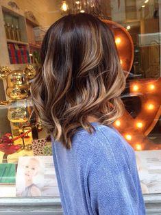 Балаяж напоминает мелирование. Но осветление прядей выполняется со средины длины волос, становясь более насыщенным к кончикам
