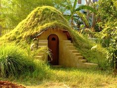 How to Build an Earthbag Dome. In other words, ZOMG Hobbit House! I have NO idea what the hell I would use it for, but Hobbit house! Root Cellar, Beer Cellar, Underground Homes, Underground Living, Underground Shelter, Dome House, Hill House, House 2, Earthship
