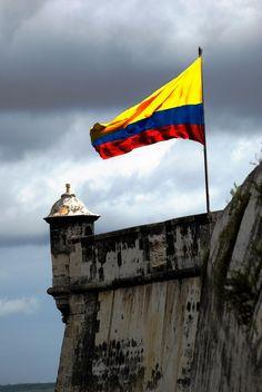 Que ondée sobre límpidos cielos la bandera de Colombia. Feliz 20 de Julio!
