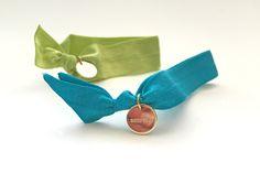 Superchicke elastische Hairties in grün und blau. #braclets #elastic #pearls #armbänder #hairties #DPbeanies