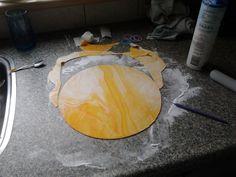 de dek laag is witte marsepein met gelevoedingskleurstof voor het effect