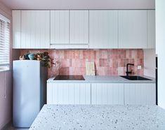 In Lotenhulle zijn Mila en Mathias aangenaam verrast bij het betreden van hun nieuwe woning. De veranderingen zijn groots en het resultaat is gewoonweg prachtig. Een combinatie van een landelijke stijl maar toch met een hedendaags accent. Een mooi samengaan van klassieke elementen met een moderne toets. #interieurdesign #keuken #keukeninspiratie Style Rustique, Outdoor Furniture, Outdoor Decor, Outdoor Storage, Kitchen, Design, Home Decor, Functional Kitchen, New Homes