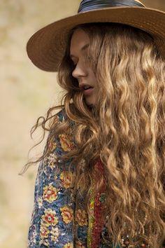 Natural curly hair. ♡