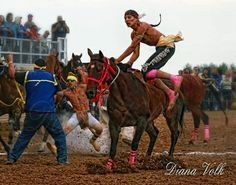 Look at the air this guy gets jumping up to race bareback. Native American Genocide, Native American Indians, Native Americans, Beautiful Horses, Life Is Beautiful, Dance Movies, Relay Races, First Nations, Horse Racing