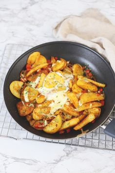 Potato dish with egg - Delicious and Simple - Potato dish with egg, bell pepper and onion. A tasty and easy one-pan dish that is quickly on the t - # I Want Food, Good Food, Yummy Food, Tasty, Backpacking Food, Potato Dishes, Food Videos, Food Inspiration, Easy Meals