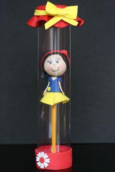 Una bambolina di Biancaneve su una matita.
