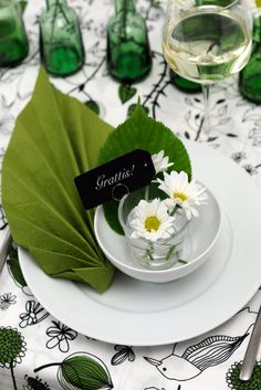 Fold a napkin into the shape of a leaf for a nature inspired wedding. Source: Livet Hemma #napkins #tablesetting #green