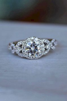 Diamond Engagement Rings - Round engagement rings are one of the most popular rings nowadays. Read the post and choose the most trendy engagement rings! Beautiful Wedding Rings, Beautiful Engagement Rings, Wedding Rings Vintage, Vintage Rings, Wedding Jewelry, Round Wedding Rings, Gold Wedding, Wedding Bands, Vintage Diamond