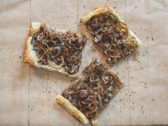 Blätterteig-Pizza mit Champignons und karamellisierten Zwiebeln | The Vegetarian Diaries