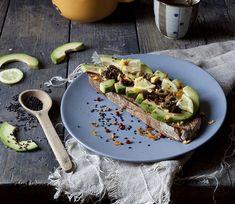 Met avocado kan je in een handomdraai de lekkerste gerechten maken. De avocado is heerlijk met toast en in combinatie met andere ingrediënten. Ideaal als tussendoortje of avondsnack en boordevol gezonde vetten, vezels, mineralen en vitaminen.