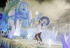 Um dos carros alegóricos da Unidos da Tijuca teve uma patinadora.  Carnaval Rio 2015