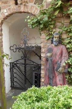 alte Figur am Eingang zum Keller, Schloß Destille, Zons - Foto: S. Hopp