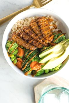 Hearty Vegan Spicy Peanut Tempeh Bowl Recipe. Looking for healthy vegetarian and vegan recipes for healthy lunch and dinner ideas? Try this! Vegan food has never tasted so good. This delicious grain bow starts with rice and frozen vegetables (we used broccoli and carrots to make this quick cooking for a weeknight), and gets topped with delicious marinated tempeh for added protein.