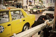 #vivapositivamente @movebla: Fotos mostram a rotina cansativa de trabalho em Tóquio. http://www.movebla.com/1953/street-sleeping-tokyo-fotos/
