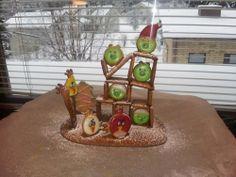 Vihaiset linnut ja possut veivät viime vuonna perinteisen talon paikan.. Tänä vuonna sain lintuihin sentään oikeat muotit! :) - by Sini-kristiina -- Piparkakku, Joulu, Angry birds, Gingerbread, Christmas