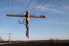 Poste de luz que fue quemado en un incendio. Rusia.