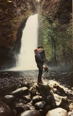 Maud Chalard and Théo Gosselin, kissing in Oregon via @acoteofficiel #joesroad