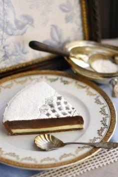 Triplacsokoládés tarte Fehér, tej- és étcsokoládé. Krémes, egyedi, nagyon csokis. Szeretjük. Nem kicsit. Kortól és nemtől függetlenül sokak kedvence. Olyan egyszerű, és pont ez szerethető benne. A felülete a maga bársonyos fényével, vagy csipkével, esetenként virággal díszítve egyaránt nagyszerű megoldás lehet, ha szülinapi tortáról van szó.  Neked Cake Budapest