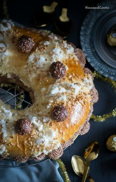 Roscón de Reyes Ferrero Rocher® (con masa madre). Receta de Navidad Holiday Appetizers, Holiday Recipes, Donuts, Pan Dulce, Baking Tips, Christmas Desserts, Diy Food, Yummy Cakes, Ferrero Rocher