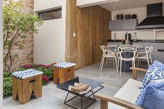 Casa estreita ganha luz natural e decoração moderna