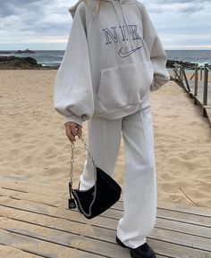 How to style a Prada bag and Nike hoodie at the beach. The perfect Prada bag to wear with a streetstyle outfit Mode Outfits, Fashion Outfits, Fashion Tips, Summer Outfits, Casual Outfits, Vetement Fashion, Jeans Boyfriend, Gina Tricot, Looks Vintage