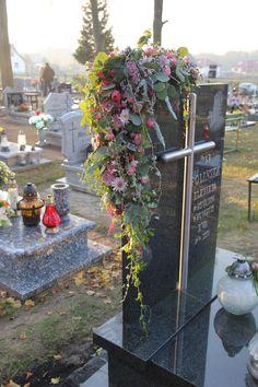 me ~ 50 Stunning Modern Christmas Tree Decorations Funeral Flower Arrangements, Modern Flower Arrangements, Christmas Arrangements, Funeral Flowers, Christmas Centerpieces, Christmas Tree Decorations, Flower Decorations, Christmas Urns, Modern Christmas