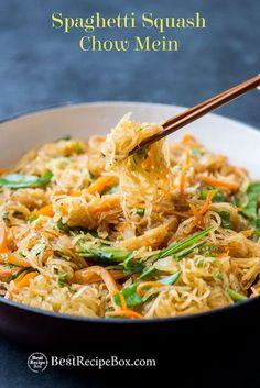Healthy spaghetti squash chow mein recipe that's quick, easy and low carb. This healthy vegetarian chow mein recipe has peas, carrots, vegetables and baked spaghetti squash. Vegetarian Chow Mein Recipe, Vegetarian Recipes, Cooking Recipes, Healthy Recipes, Healthy Dinners, Drink Recipes, Healthy Foods, Courge Spaghetti, Baked Spaghetti Squash