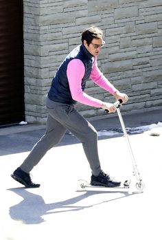 Tennis legend Federer smashes the stylish lockdown look in a pink shirt and gilet while riding a scooter - Sporting Excitement Tennis Federer, Wimbledon Champions, Tennis Legends, Tennis Tournaments, Looking Dapper, Roger Federer, Best Player, Superstar, Take That