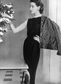 Model in elegant navy blue wool crêpe sheath jacket is red and blue silk paisley lined with wool jersey, by Masket Bros., photo by Horst, Vogue, April 1956 Moda Vintage, Vintage Vogue, Vintage Glamour, Fifties Fashion, Retro Fashion, Fashion Vintage, Womens Fashion, Vintage Dresses, Vintage Outfits