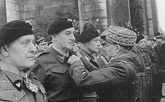 Hier krijgt o.a Generaal Stanislaw Maczek een Franse decoratie opgespeld.