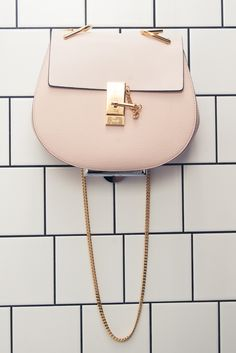 Chloé Drew bag and pale pink. A drew bag is the way to go! Chloe Bag, Hermes Handbags, Purses And Handbags, Coach Handbags, Chloe Handbags, Urban Chic, Chain Shoulder Bag, Shoulder Strap, Coach Purses