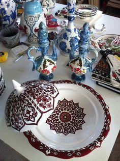 Çini pilavlık Glass Ceramic, Porcelain Tile, Pottery Bowls, Pottery Ideas, Image Glass, Turkish Art, Turkish Delight, Ottoman, Tile Patterns
