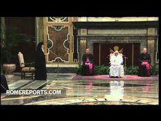 El papa Francisco cambia el trono por un sillón blanco