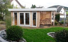Flachdach Gartenhaus in Naturholz mit Anbau zur Holzeinlagerung.