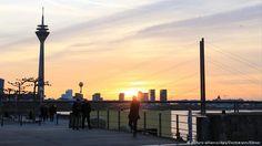 A torre Rheinturm e a ponte sobre o Reno em Düsseldorf