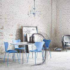 CHAISE -  Fritz hansen - SERIE 7 Monochrome    Les chaises Série 7, dessinées par Arne Jacobsen en 1955  sont de loin les chaises les plus vendues de l'histoire du fabricant Fritz Hansen. Classiques du design, elles font partie de notre quotidien. Légère et empilable, elle s'impose dans tous les espaces par sa forme douce et son confort. Sa structure chromée s'associe avec un siège en noyer, chêne, chêne foncé, ou frêne coloré.  Disponible sur SILVERA/Eshop