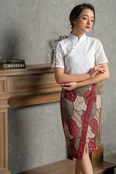 Batik Fashion, Skirt Fashion, Fashion Dresses, Traditional Dresses Designs, Traditional Fashion, Cheongsam Modern, Myanmar Dress Design, Myanmar Traditional Dress, Blouse Batik