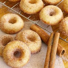 These Baked Mini Doughnuts taste just like the sugar-cinnamon cake doughnuts you buy at the bakery.except they're baked, not fried. Mini Doughnuts, Baked Doughnuts, Doughnut Cake, Delicious Donuts, Yummy Food, Baked Doughnut Recipes, Cinnamon Cake, Cinnamon Donuts, Bon Dessert