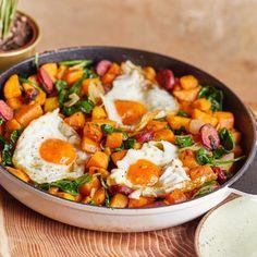 Pirított édesburgonyás-kolbászos egyserpenyős reggeli | Street Kitchen Curry, Ethnic Recipes, Food, Meal, Essen, Hoods, Curries, Meals, Eten
