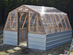Get inspired ideas for your greenhouse. Build a cold-frame greenhouse. A cold-frame greenhouse is small but effective. Diy Greenhouse Plans, Greenhouse Gardening, Outdoor Greenhouse, Cheap Greenhouse, Greenhouse Panels, Homemade Greenhouse, Greenhouse Wedding, Gardening Hacks, Pallet Greenhouse