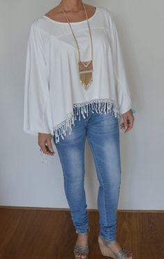 Poncho gebroken wit en de Boho ketting te koop op www.hipmoments.nl #bohostyle #boho #poncho #fashion #neckless #ketting