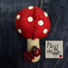 Mushroom brooch - Broche champignon - Pâris and the apple #parisandtheapple #jewellery #jewelry #bijoux #brooch #broche #handmade #fabric #tissu #accessories #accessoire #ladybug #mushroom #champignon #coccinelles