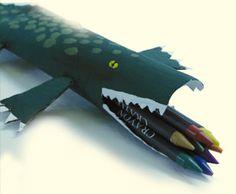 Réalise à l'aide d'un rouleau papier essuie-tout un crocodile qui se transformera en porte-crayon.