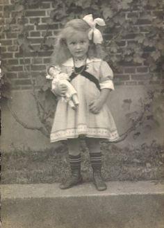 Foto Ak Kleines Mädchen iSpielzeug Girl and her doll Vintage Children Photos, Vintage Girls, Vintage Pictures, Old Pictures, Vintage Images, Old Photos, Victorian Photos, Antique Photos, Vintage Photographs
