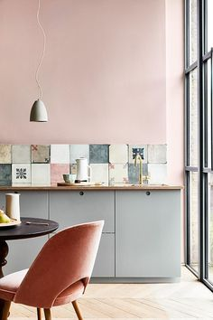 Modern Kitchen Design Elegant pink kitchen with cement tiles - Warm up your home with pink wall colour Modern Kitchen Wall Decor, Home Decor Kitchen, Interior Design Kitchen, Modern Decor, Home Kitchens, Pastel Kitchen Decor, Modern Wall, Modern Furniture, Kitchen Ideas