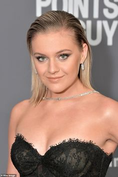 Kelsea Ballerini medium straight cut Kelsea Ballerini looked edgy with her smooth straight hairstyle at the 2019 amfAR New York gala. Kelsea Ballerini, Diamond Cross Necklaces, Celebrity Look, Straight Cut, Country Girls, Country Music, Beautiful Celebrities, Cross Pendant, Straight Hairstyles