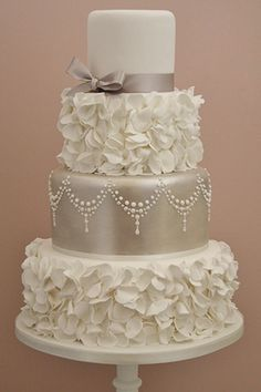 Vintage cake from #conttonandcrumbs #BridalGuideMagazine